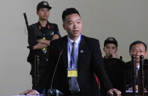 Luật sư Giang Hồng Thanh bào chữa cho bị cáo Phan Sào Nam tại phiên tòa.