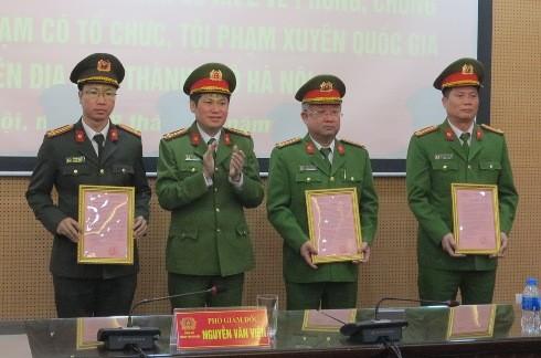 Tại hội nghị, nhiều tập thể, cá nhân được trao tặng bằng khen, giấy khen, thư khen của Chủ tịch UBND và Giám đốc CATP Hà Nội.