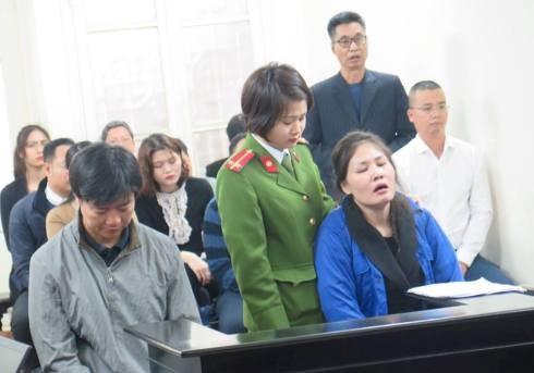 Vợ chồng Trần Thị Ngọc Mai bị đưa ra tòa xét xử.