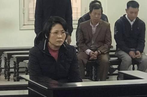 Nguyễn Thị Hoa (đeo kính) bị đưa ra tòa xét xử.
