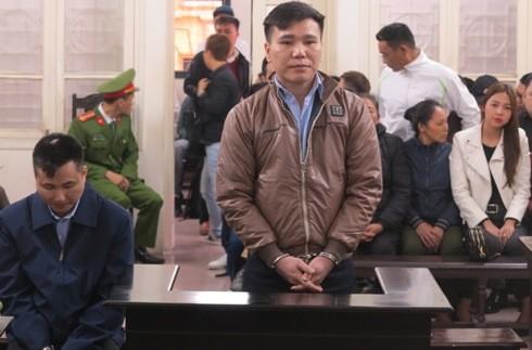 Bị cáo Châu Việt Cường và bị cáo liên quan tại phiên tòa.