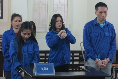 Các bị cáo phạm tội về ma túy bị đưa ra tòa xét xử.