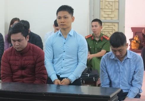 Nguyễn Đình Biết (giữa) và đồng phạm tại phiên tòa.