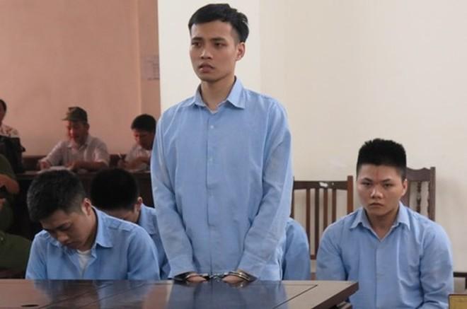 Nguyễn Huy Tuân (đứng) và các đối tượng liên quan.