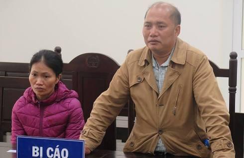 Lưu Huyền Thơ và vợ bị cáo bị đưa ra tòa xét xử.