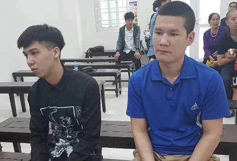 Trần Đức Lợi (bên trái) và đồng phạm tại phiên tòa.