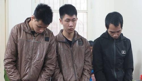 Bùi Văn Minh (ngoài cùng, bên trái) và đồng phạm tại phiên tòa sơ thẩm.