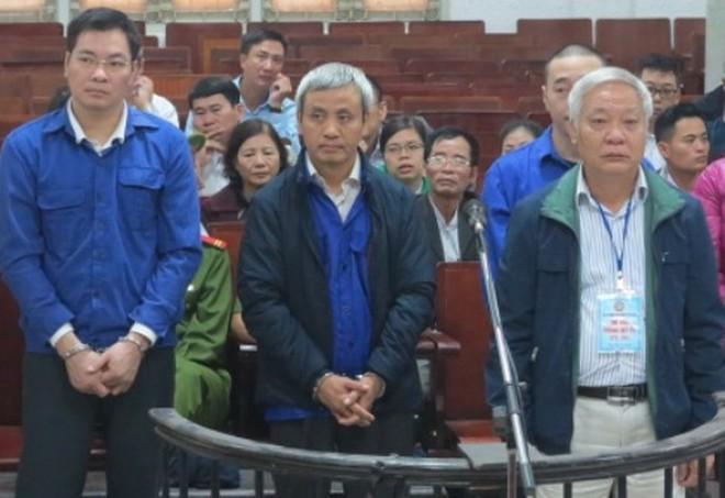 Cựu Chủ tịch GPbank Tạ Bá Long (giữa) tại phiên tòa tháng 12-2017.