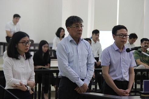 Bị cáo Đỗ Văn Khạnh (giữa) và đồng phạm tại phiên tòa.