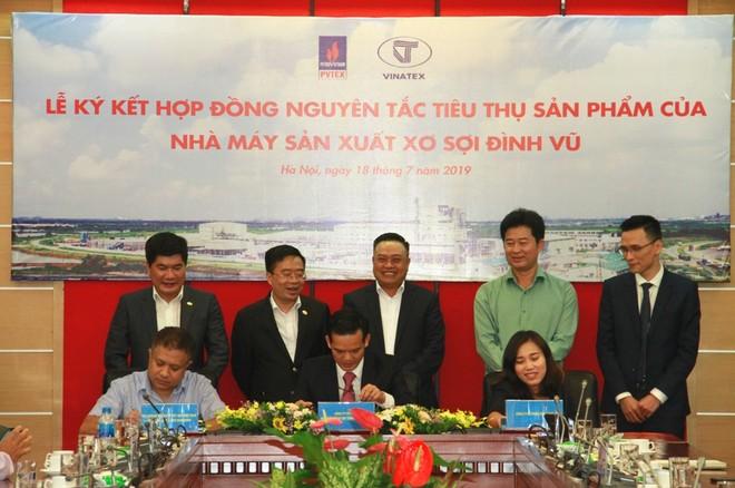 Lãnh đạo Tập đoàn Dầu khí Việt Nam chứng kiến ký kết hợp đồng.