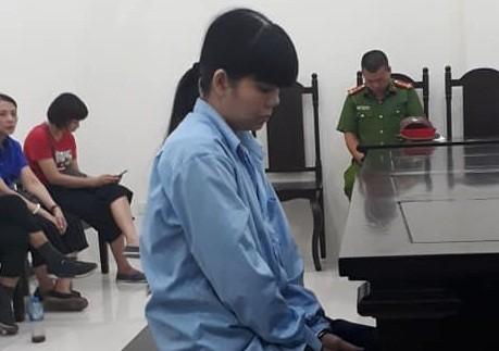 Lê Thị Hồng Hoa bị đưa ra tòa xét xử.