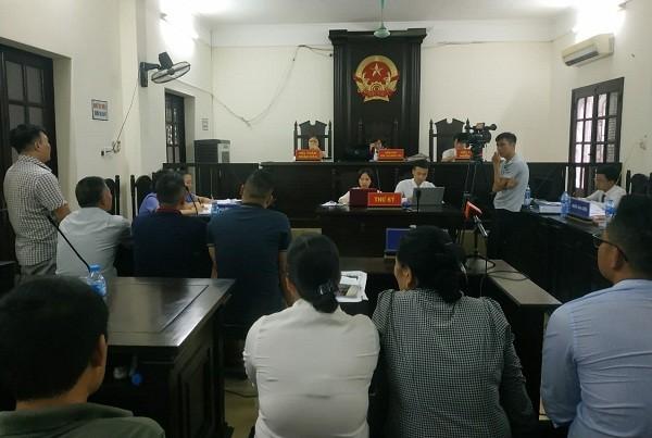 Phiên tòa xét xử các bị cáo chống người thi hành công vụ, tại trụ sở TAND quận Hai Bà Trưng.