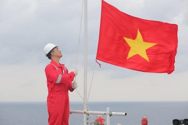 Lễ chào cờ trên mỏ dầu khí Hải Thạch - Mộc Tinh.