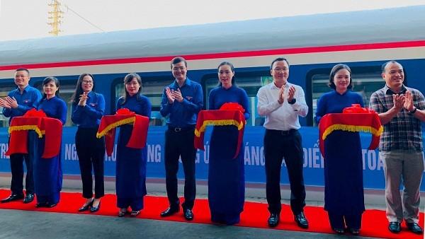 Đại biểu thực hiện nghi thức khánh thành đoàn tàu tuyên truyền về văn hóa giao thông cho hành khách đi tàu.