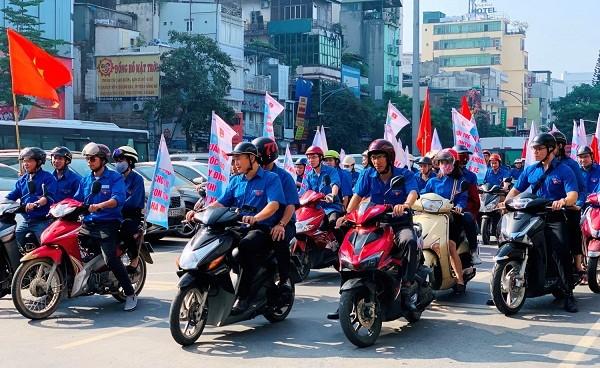 Tuổi trẻ Khối DNTW diễu hành bằng mô tô tuyên truyền ATGT trên một số tuyến đường.