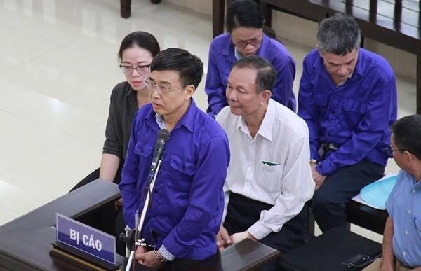 Bị cáo Lê Bạch Hồng (đứng) cùng các bị cáo liên quan tại phiên tòa.