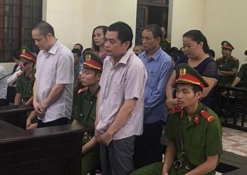 Các bị cáo trong vụ gian lận thi cử ở Hà Giang năm 2018 bị đưa ra xét xử tại phiên tòa.
