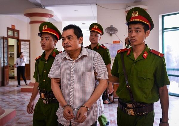 Bị cáo Nguyễn Thanh Hoài - cựu Trưởng phòng Khảo thí (Sở GD-ĐT Hà Giang) bị dẫn giải tới tòa.