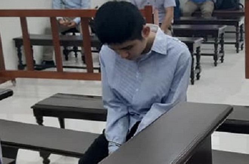 Tên cướp cắt cổ lái xe taxi - Nguyễn Cảnh An lúc chờ tòa nghị án.
