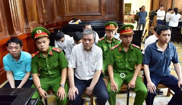 Cựu Chủ tịch VN Pharma Nguyễn Minh Hùng (ngoài cùng, bên trái) cùng đồng phạm trong ngày thứ hai xét xử vụ án.