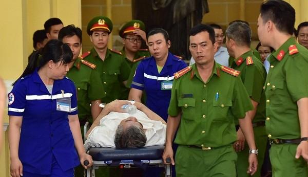 Sau quá trình trả lời thẩm phấn, bị cáo Phạm Văn Thông gặp vấn đề về sức khỏe nên phải rời tòa bằng cáng cứu thương