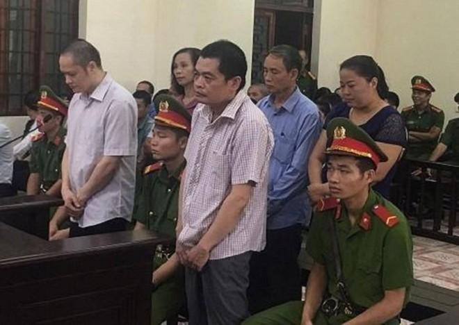 Bị cáo Nguyễn Thanh Hoài (hàng trên, bên phải) cùng các bị cáo liên quan tại phiên tòa bị hoãn hôm 18-9.