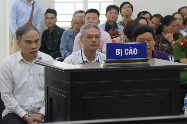 Bị cáo Phạm Văn Thông - cựu Giám đốc Ban QLDA (Cục Đường thủy nội địa Việt Nam (giữa) và đồng phạm tại phiên tòa.