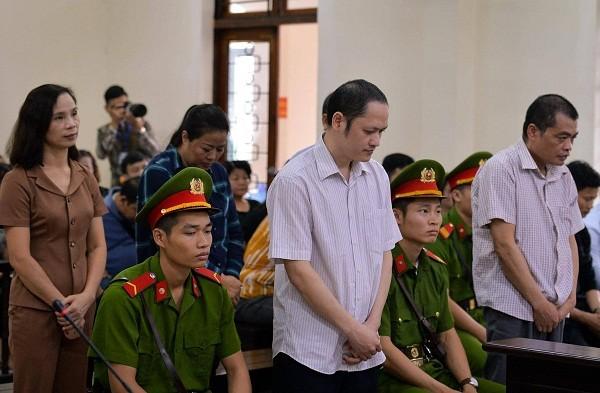 Các bị cáo trong vụ gian lận thi cử tại Hà Giang bị đưa ra xét xử tại tòa án.