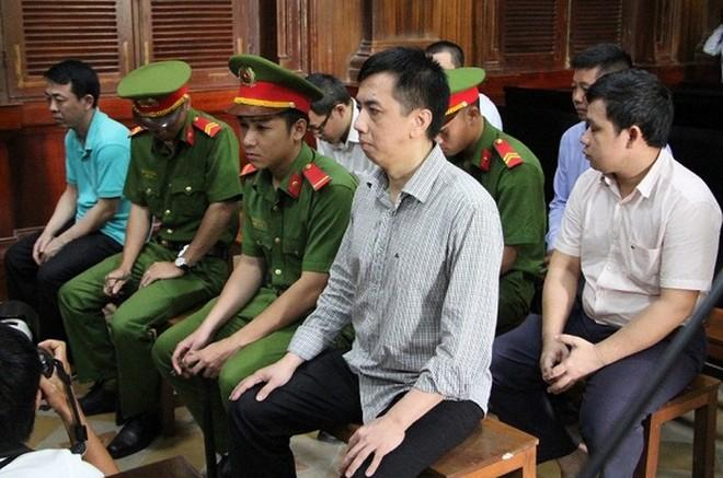Bị can Nguyễn Minh Hùng (ngoài cùng, bên trái, hàng trên) cùng đồng phạm tại phiên tòa sơ thẩm hồi tháng 9 vừa qua.