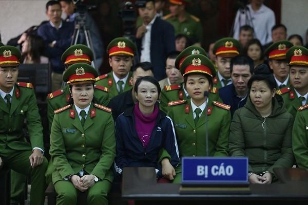 Trần Thị Hiền (mẹ nữ sinh giao gà) và các bị cáo liên quan.
