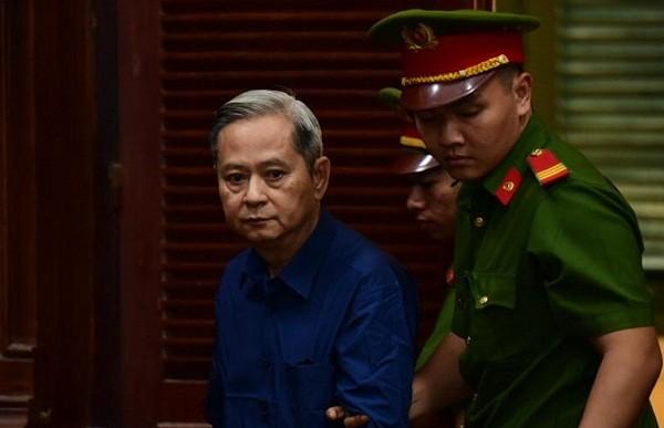Cựu Phó Chủ tịch TP HCM bị dẫn giải vào phòng xử án.