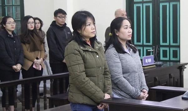 Nguyễn Thị Vân (bên phải) và đồng phạm tại phiên tòa.