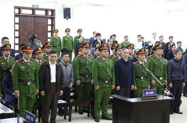 Cựu Bộ trưởng Nguyễn Bắc Son (ngoài cùng, bên phải) và các bị cáo liên quan khi HĐXX bước vào hội trường xử án.