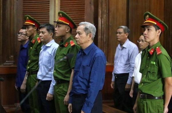Bị cáo Nguyễn Hữu Tín (cựu Phó Chủ tịch TP HCM) và đồng phạm tại tòa.