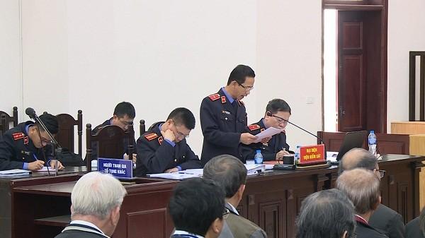 Đại diện VKS bày tỏ quan điểm về giải quyết vụ án cả hình sự và dân sự tại phiên tòa.