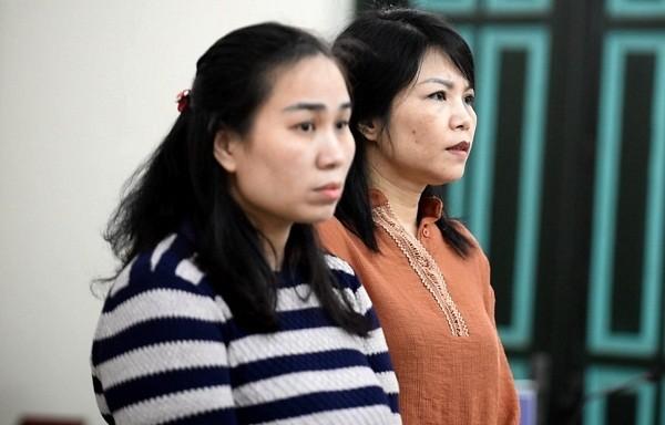 Nguyễn Thị Vân (bên trái) và đồng phạm tại phiên tòa.