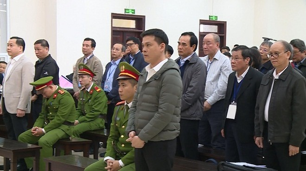 Các bị cáo trong vụ hai cựu Chủ tịch Đà Nẵng tại phiên tòa.