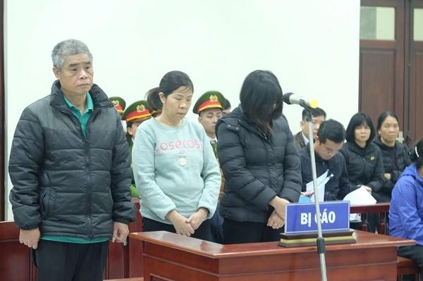 Bị cáo Nguyễn Bích Quy (giữa) và các bị cáo liên quan tại phiên tòa.