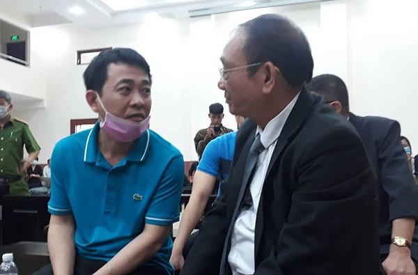 Cựu Tổng giám đốc VN Pharma Nguyễn Minh Hùng gặp gỡ luật sư tại phiên tòa.