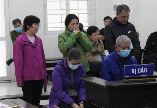 Vợ chồng Nguyễn Duy Xuyên (hàng trước) và các bị cáo liên quan.