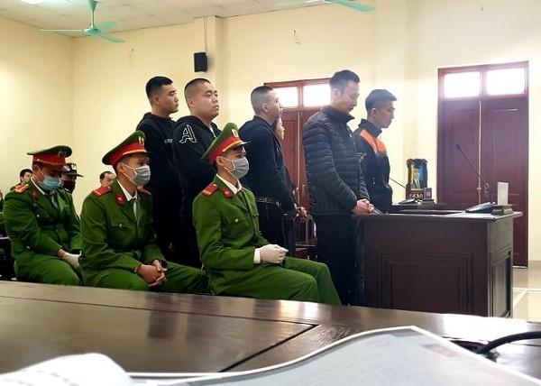Các bị cáo trong vụ án bị đưa ra xét xử tại phiên tòa.