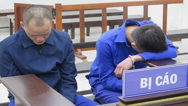 Bộ đôi cướp giật tài sản bị đưa ra tòa án xét xử.