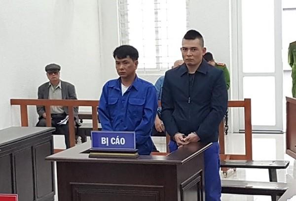 Vũ Chí Chung (bên trái) và bị cáo liên quan tại phiên tòa.