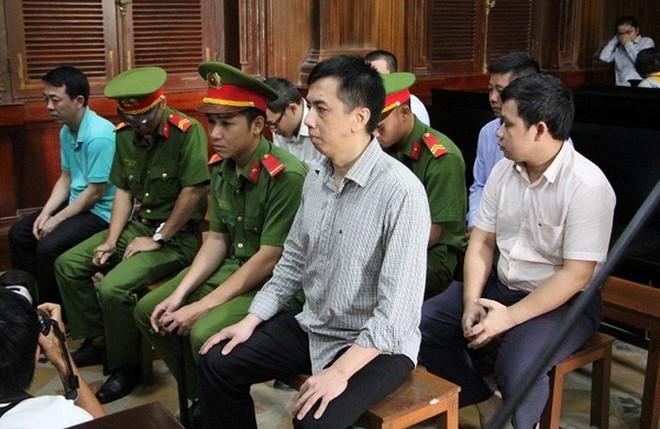Bị cáo Võ Mạnh Cường (hàng trên, bên phải) và các bị cáo liên quan.