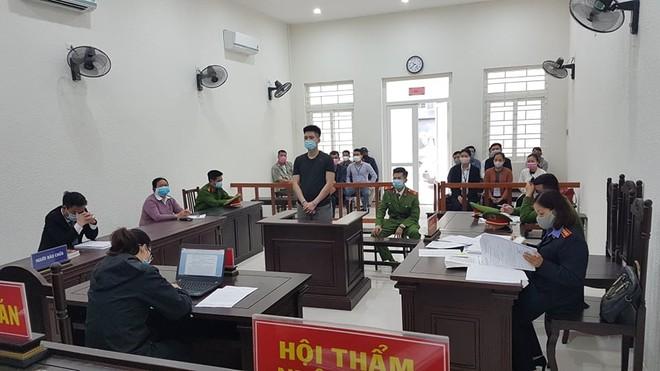 Hoàng Biên Cương bị đưa ra xét xử tại phiên tòa.