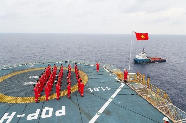 Cán bộ, nhân viên Petrovietnam thực hiện nghi thức chào cờ giữa biển đảo.