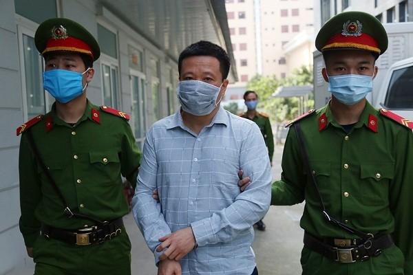 Cựu Chủ tịch OceanBank Hà Văn Thắm bị dẫn giải tới phiên toà.