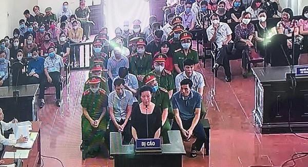 Các bị cáo trong vụ gian lận điểm thi tại Hòa Bình bị đưa ra xét xử.
