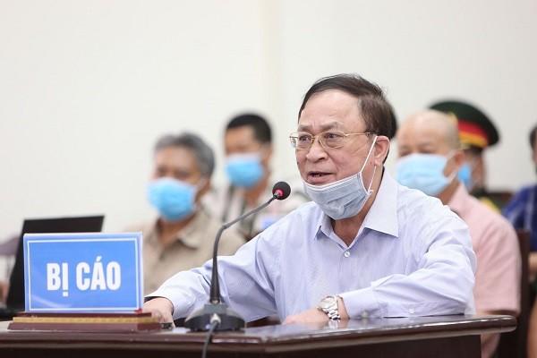 Do vấn đề sức khỏe nên cựu Thứ trưởng Nguyễn Văn Hiến được ngồi khi trả lời thẩm vấn.