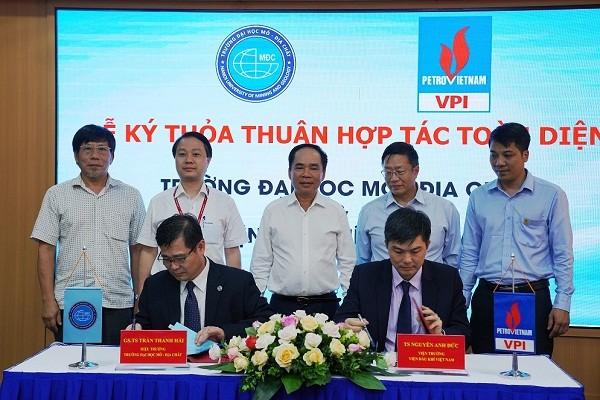TS. Nguyễn Anh Đức - Viện trưởng VPI và GS.TS. Trần Thanh Hải - Hiệu trưởng HUMG ký kết Thỏa thuận hợp tác toàn diện.